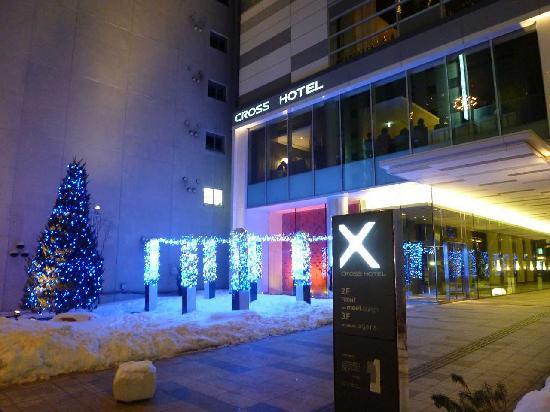 Cross Hotel Sapporo: ライトアップされた外観