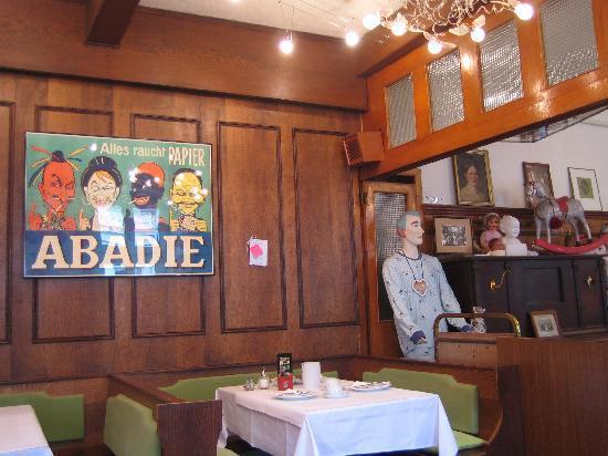 Hotel Schwalbe: La salle à manger et ses poupées