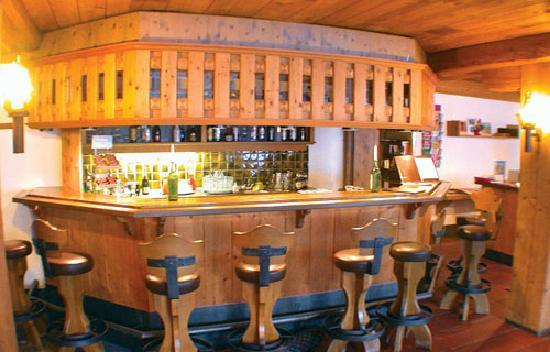 Chalet Hotel Ambassador: The convivial bar in the Ambassador
