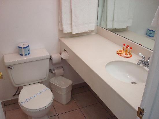Rodeway Inn: petite salle de bain, fonctionnelle