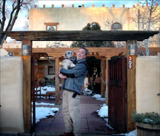 La Posada de Taos B&B: B&B director Brad with friend at La Posada de Taos