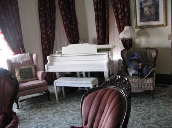 Osborne Inn: The parlor