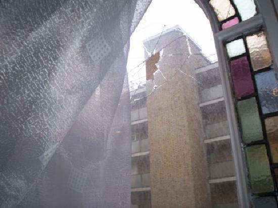 Queen's Hotel: Draughty windows