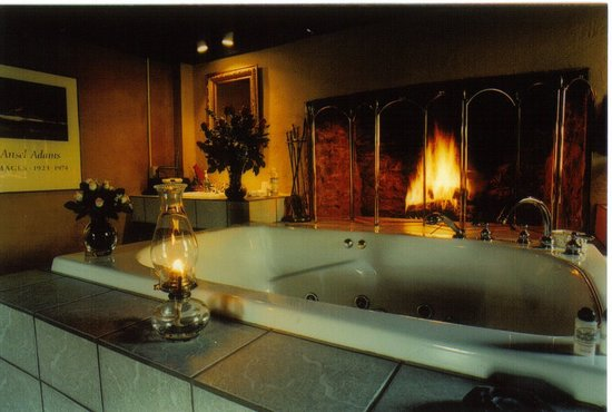 By the Side of the Road Inn & Cottages: Fitzgerald Cottage Tub with wood burning fireplace