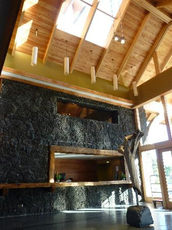 Hotel Cumbres Puerto Varas: lobby, wood and lava construction