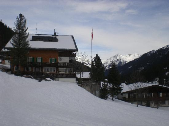 Hotel Alpenrose: View of the side of the hotel after skiing.