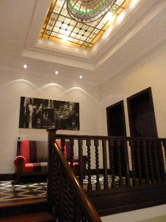 Magnolia Hotel Boutique: ceiling and stairs
