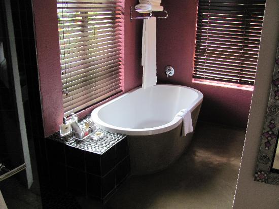 Francolin Lodge: bathtub