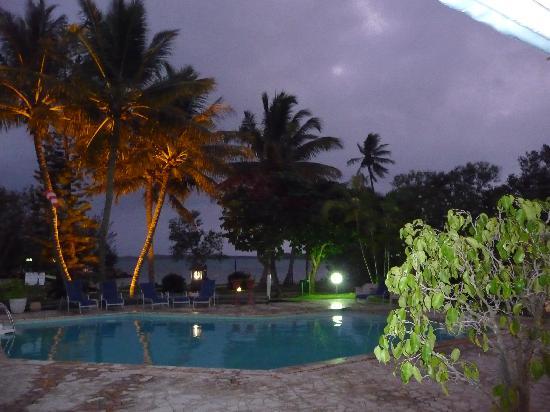 Poum, Nya Kaledonien: piscine la nuit