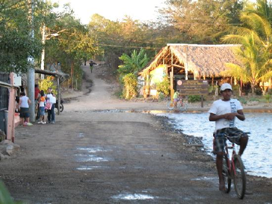 Hotelito Oasis: the road along the beach