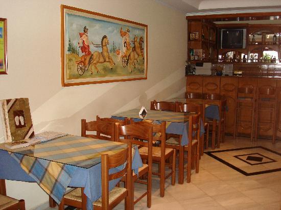 Antonia Hotel Santorini: nice, quaint coffee/bar area