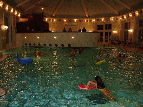 Disney's Newport Bay Club : piscina climatizada