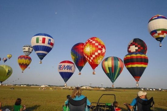 Longview, Teksas: The balloons launch at least 2 miles from the target area (the airport).