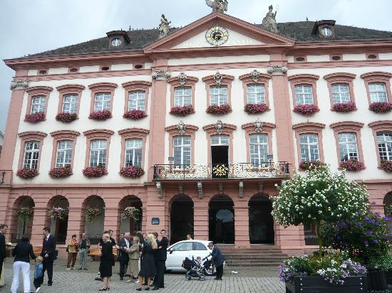 Gengenbach, Deutschland: クリスマスシーズンにはこの市庁舎がAdvent Calendarになります