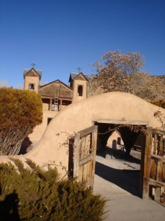 Chimayo, نيو مكسيكو: El Santuario De Chimayo: Church of the Magic Dirt.