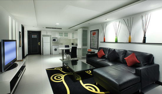 Amari Nova Suites Pattaya: Comfortable couches and modern art.