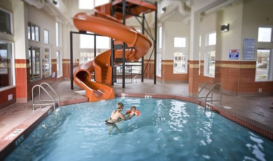 Service Plus Inns & Suites Calgary: Waterslide