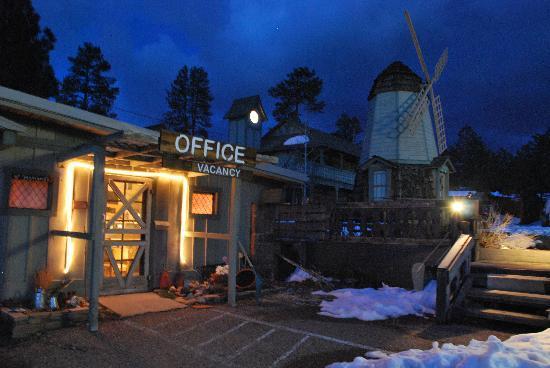 Windmill Corner Inn : moon lite night