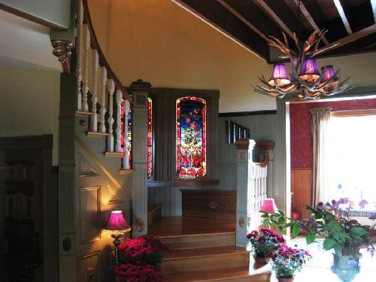Blair Hill Inn: Stained glass by foyer