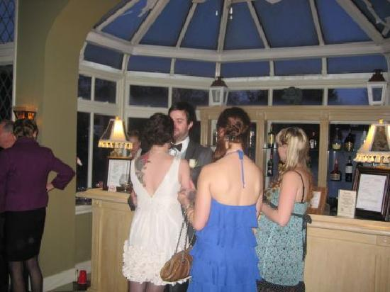 Perth Manor Boutique Hotel: Bride and Groom after dinner relaxing with friends by the bar