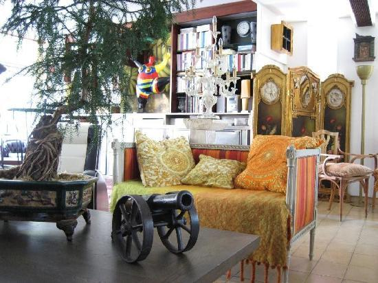 Hotel Villa Nina: the amazing lounge and its library