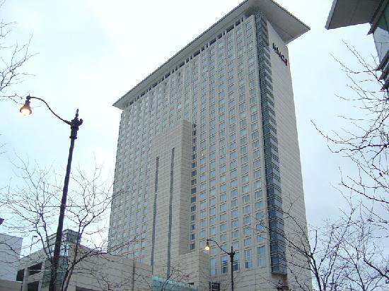 ไฮแอทท์รีเจนซี่ แมคคอร์มิคเพลส: hotel building