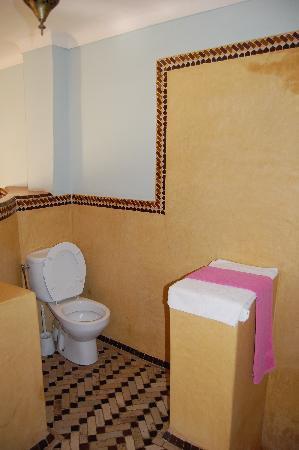 Riad Dar Nael: salle debains en prolongation de la chambre