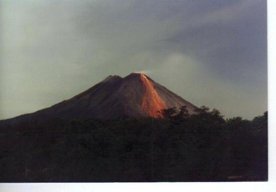 Rincon de La Vieja, คอสตาริกา: Arenal Volcano erupts about every half hour.  First it rumbles like thunder, then the earth shak