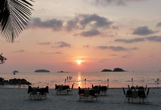 The Dewa Koh Chang: Tables on the beach ready for dinner