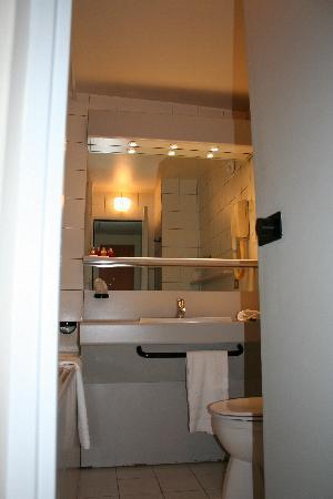 Opera Cadet Hotel: Bathroom