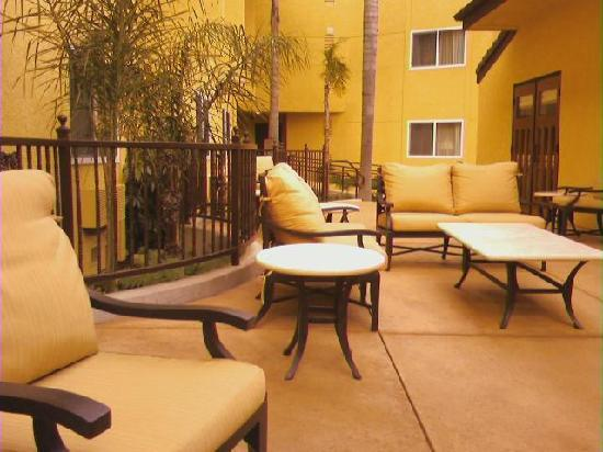 Holiday Inn Express San Luis Obispo: Outside Lounge