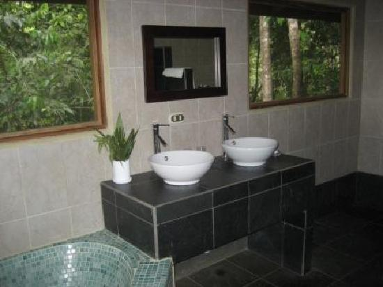 El Remanso Lodge: The Bathroom