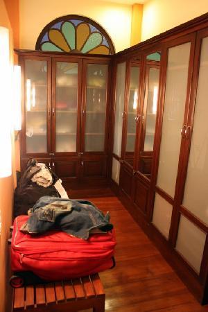 Dreamcatchers B&B: Wardrobe Area in King Room