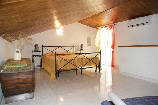 camera da letto in mansarda - Picture of B&B Al Cortiletto, Modica ...