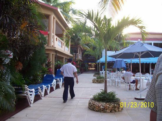 Hotel Celuisma Cabarete: walkway from the pool to the beach