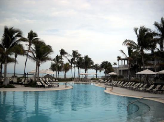 Hawks Cay Resort: Main pool.