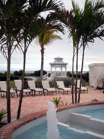 Hawks Cay Resort: adult pool and what looks like a gazebo for weddings.