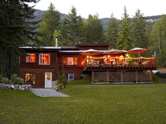 Cedar House Restaurant & Chalets: Dining on the deck in the summer