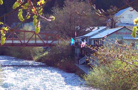Downieville, Калифорния: Riverside Inn with balconies over the river.
