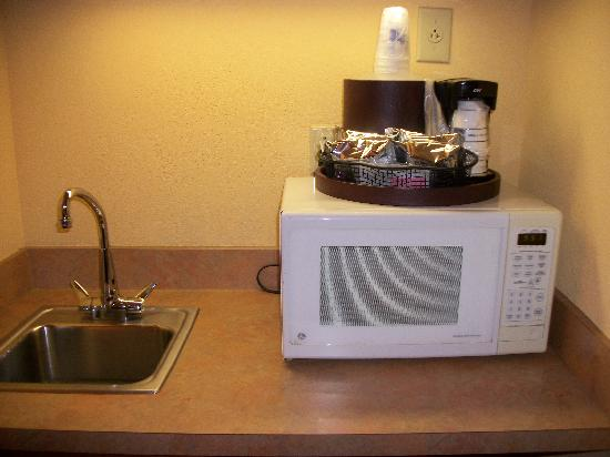 Hampton Inn & Suites Williamsburg-Richmond Rd.: Microwave