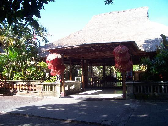 Champlung Mas Hotel: Main Entrance