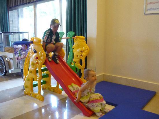 Kumkoy Beach Resort & Spa: Restaurant: parents eat, kids play )