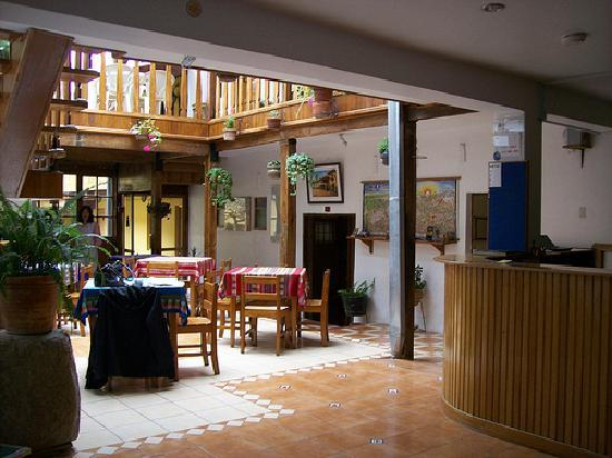 Hostal Pascana: Front desk and dining room