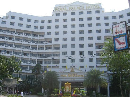 Royal Palace Hotel: ホテル正面入り口です。大型ホテルの雰囲気です。