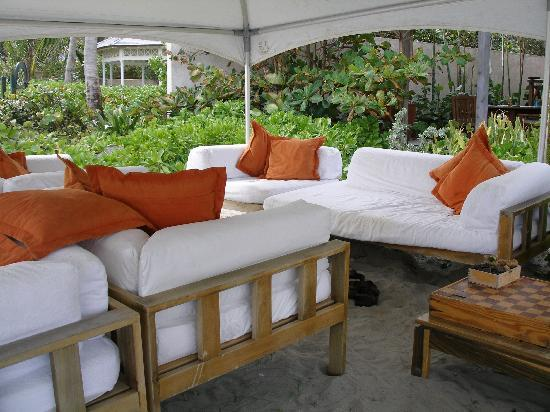 Cotton Bay Village: Sofas on the beach