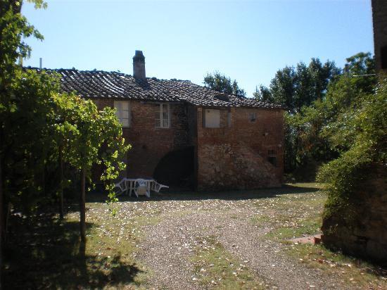 Fattoria di Cavaglioni: cortile del Serravalle