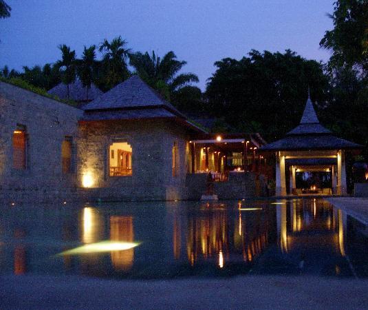 Nakamanda Resort & Spa: Nakamanda pool at night