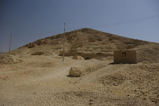 Tombs of Ankhtifi and Sobekhotep at El-Moalla: View of the Hill you are looking for from the main road
