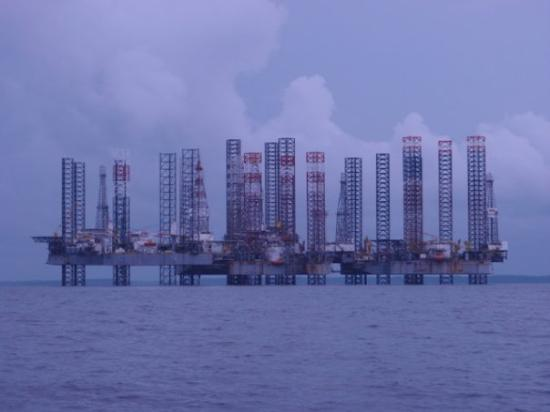 "Port Gentil, Gabón: The POG Jackup Rig ""Carpark"", six rigs sitting idle"