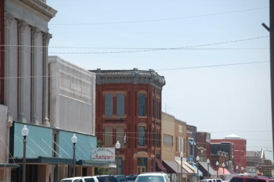 El Reno, OK: Looking down Bickford towards old Route 66.The tall building with the pillars is the old Masonic